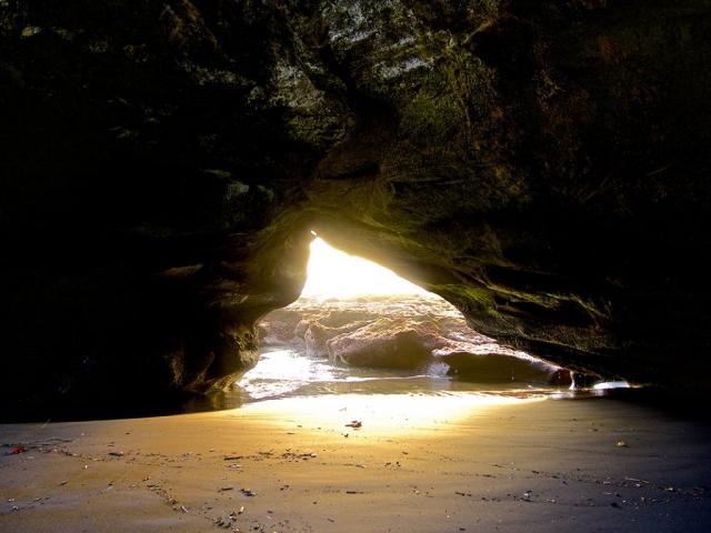 cave in balian beach bali 1024x768 640x480 - Eine Reise mit Freunden