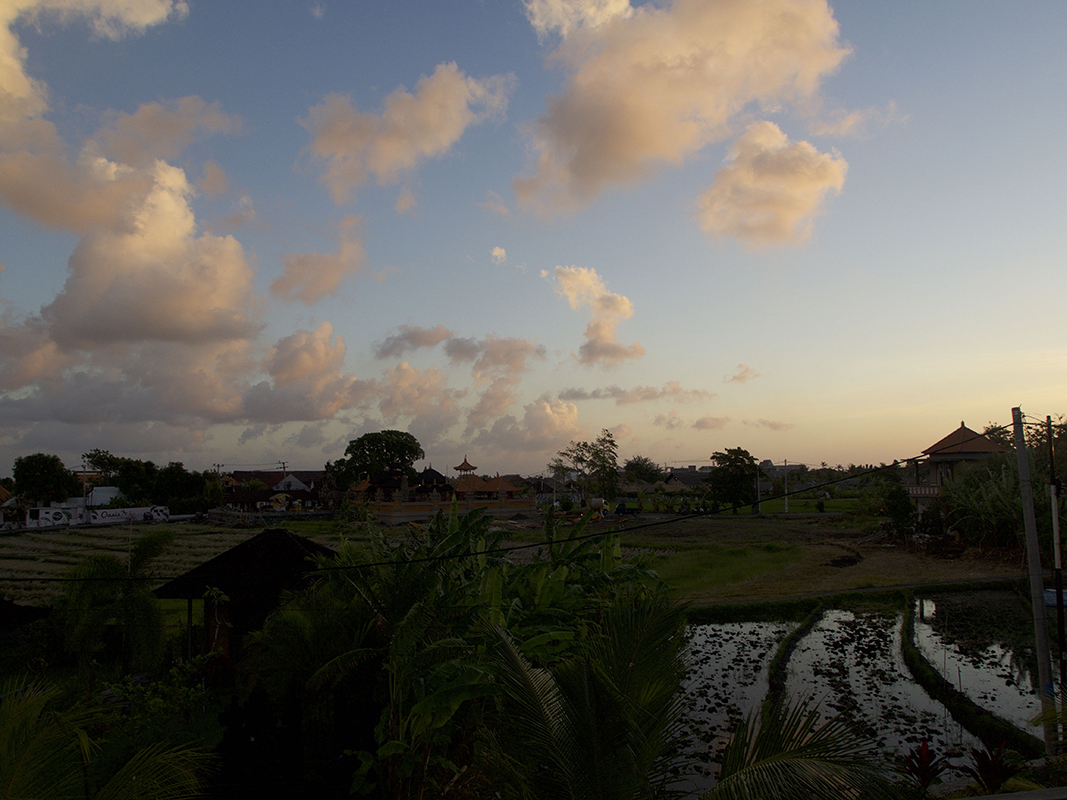 sunset in canggu and our view out of the hotel - Eine Reise mit Freunden
